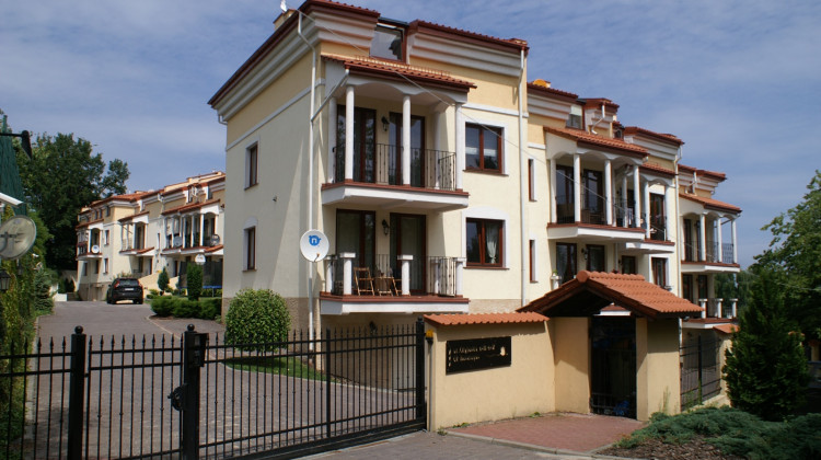 Osiedle jest zamknięte. Dzięki charakterystycznym kolumnom ozdabiającym balkony nie można pomylić go z żadnym innym osiedlem.