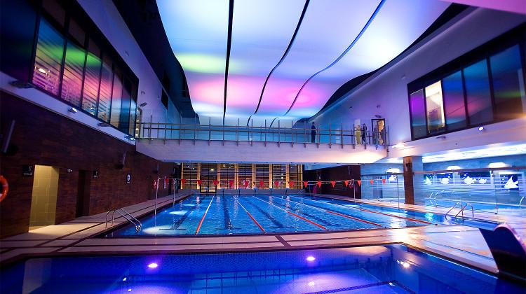 Nad basenem sportowym prowadzi kładka. Obok znajduje się mniejszy basen rekreacyjny oraz basen dla dzieci.