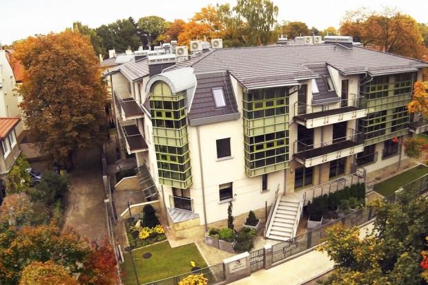 Budynki zostały wkomponowane w otaczającą działkę zieleń.