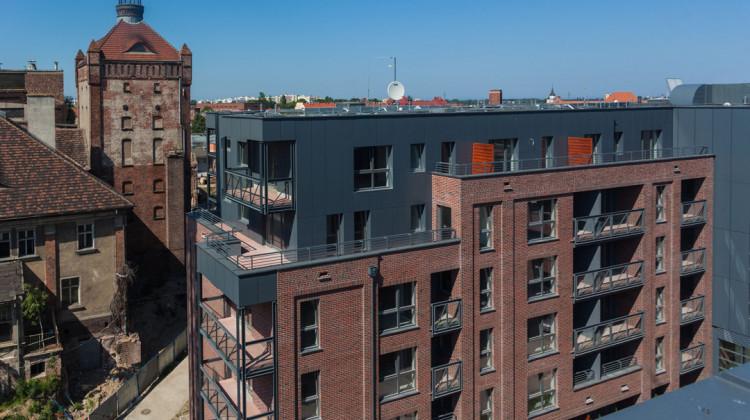 Pierwszy, oddany w 2014 roku, budynek komponuje się z zabytkowymi obiektami na terenie inwestycji.