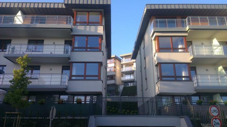 Z ustawionych tarasowo budynków rozciąga się widok na Gdynię.