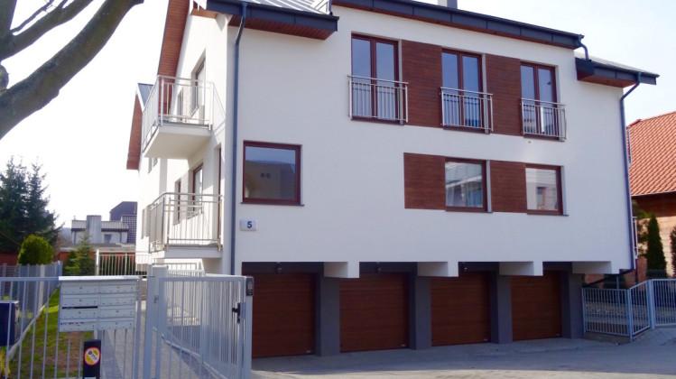 Do każdego z siedmiu mieszkań w tym budynku przynależy indywidualny garaż.