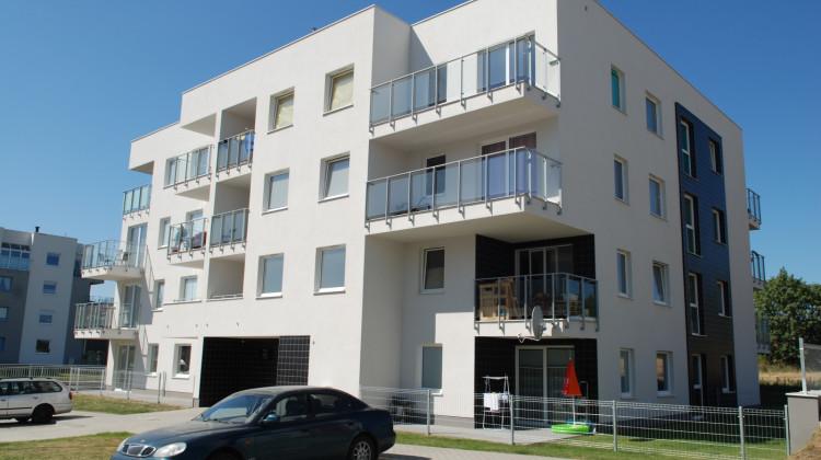 Budynki mają ciekawe bryły. Do mieszkań przylegają różnej wielkości balkony.