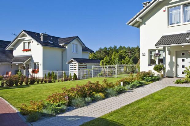 Teren wokół domów dzieli się na część ogólnodostępną oraz prywatną.