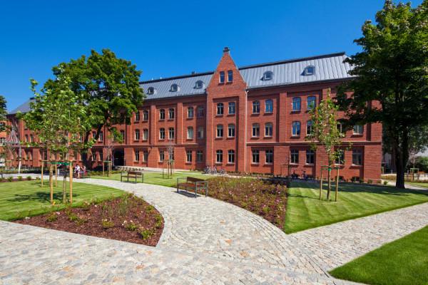 Budynek Grunwaldzka 186 widziany od strony Placu Garnizonowego.