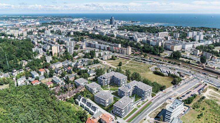 Osiedle zlokalizowane jest bardzo blisko ścisłego centrum miasta, a jednocześnie z dala od jego codziennego gwaru.