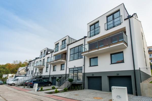 Szereg budynków kryje domy jednorodzinne i mieszkania.