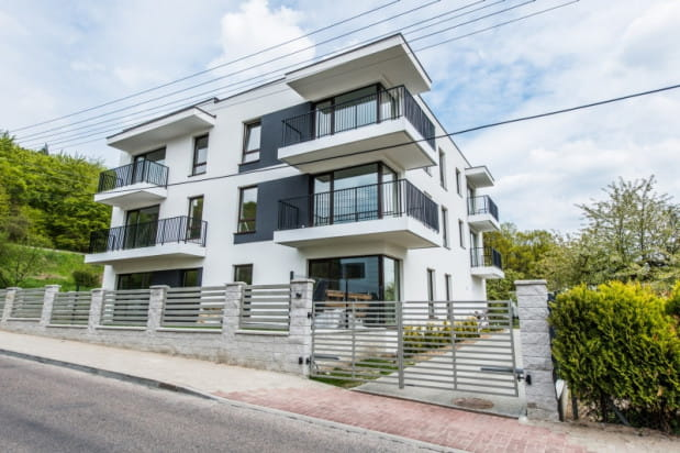 Do każdego mieszkania w budynku przylegają obszerne balkony.