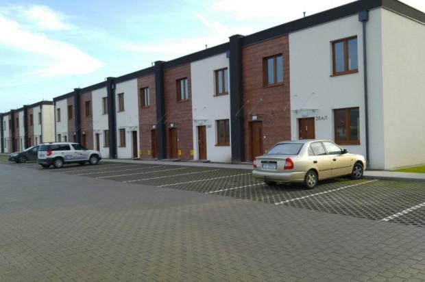 W każdym kameralnym budynku powstają dwa mieszkania - jedno na parterze, jedno na piętrze.
