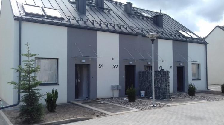 W każdym budynku powstają dwa mieszkania - jedno na piętrze i jedno na parterze.
