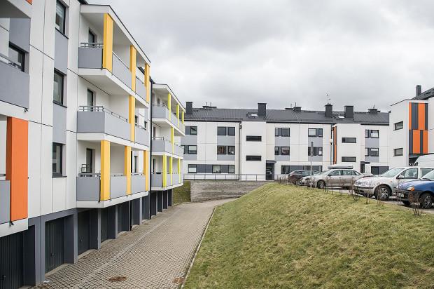 Pomiędzy budynkami oddanymi w drugim etapie powstał wewnętrzny dziedziniec z naziemnymi miejscami parkingowymi.