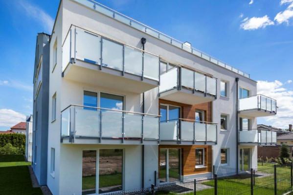 Do każdego mieszkania przylega obszerny balkon lub taras w przydomowym ogródku.