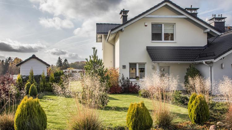 Do każdego domu przynależy duży ogród.