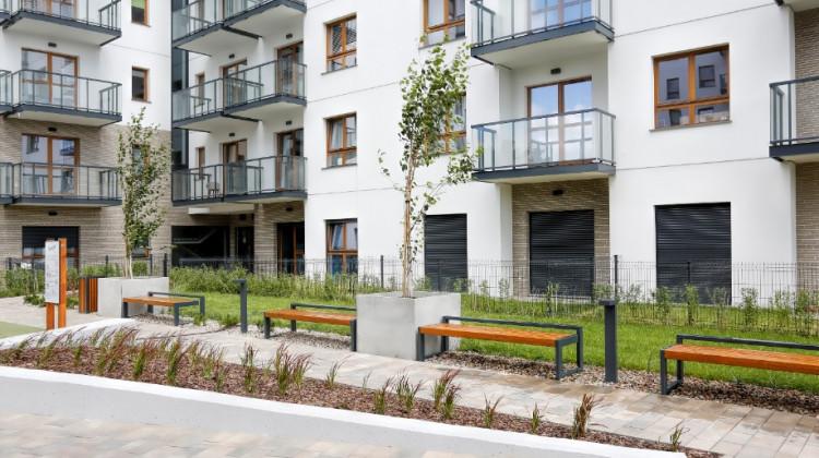 Połączenie elementów industrialnych z zielenią sprawia, że osiedle nabiera eleganckiego charakteru.