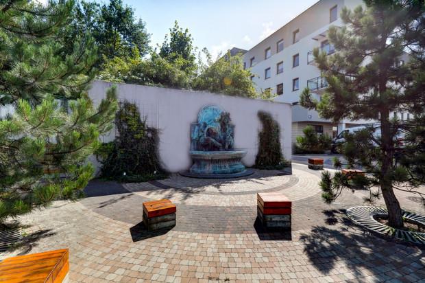 Drugi, oddany w 2016 roku, budynek osiedla stanął tuż przy placu z fontanną.