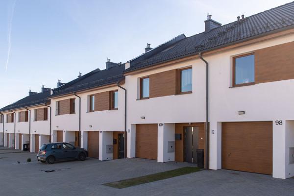 Szereg domów oddany na osiedlu Olchowa w 2018 roku.