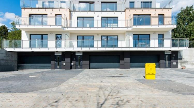 Inwestycja to trzy niezależne budynki, razem wyglądają jednak jak jeden budynek wielorodzinny.