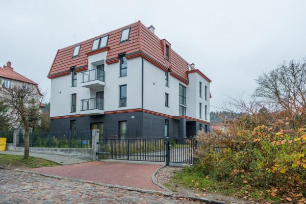 Architektura budynku jest dostosowana do okolicznej zabudowy.