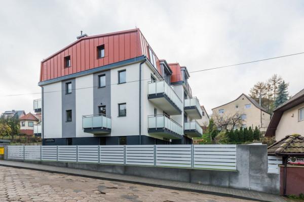 Inwestycja architektonicznie wkomponowana została w okoliczną zabudowę.