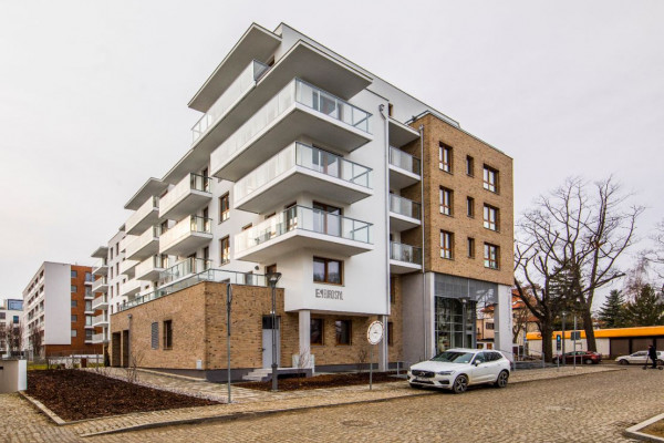 Swoją architekturą budynek nawiązuje do sąsiedniej zabudowy.