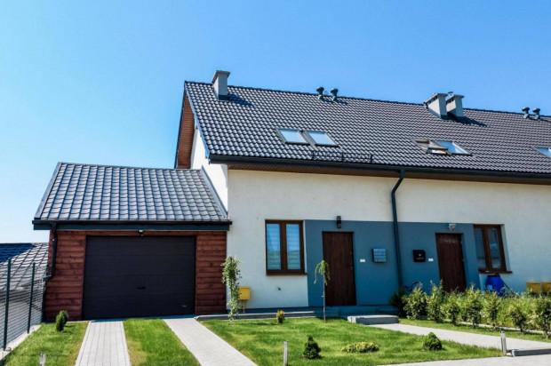 Do części budynków na osiedlu przylegają garaże o lekkiej konstrukcji.