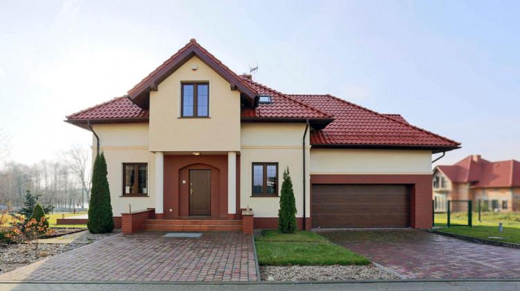 Jeden z domów jednorodzinnych powstałych na osiedlu Natura Park.