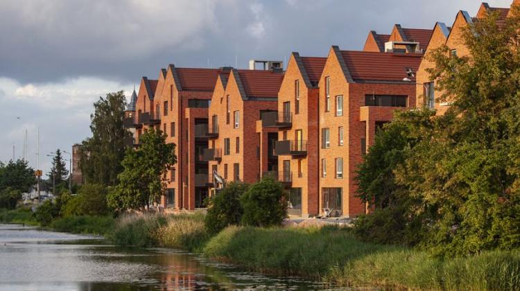 Część budynków przegląda się w wodach Motławy.