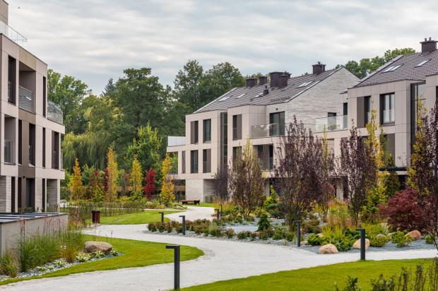 Zieleń pomiędzy budynkami pomogła wkomponować zabudowę w przestrzeń Parku Oliwskiego.