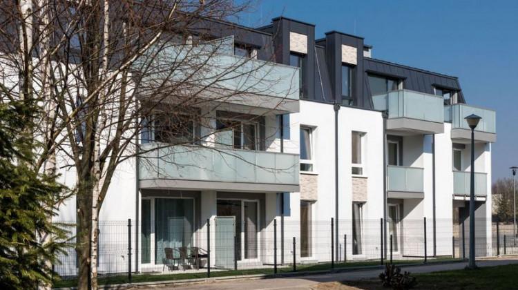 Po mansardowymi dachami powstały mieszkania z lekkimi skosami.