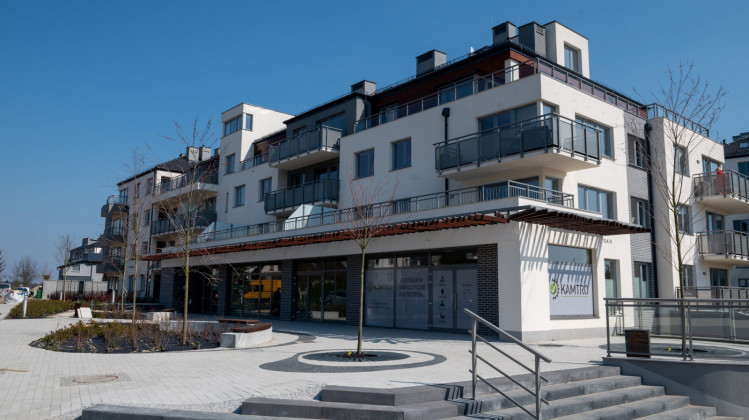 Budynek oddany w 2019 roku. Nawet budynki oddawane do użytkowania w głębi osiedla mają lokale usługowe.