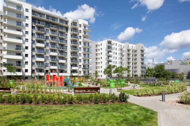 Pomiędzy budynkami powstały tereny rekreacyjne dla mieszkańców.