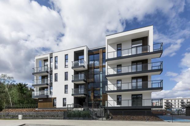 Apartamentowiec doskonale wkomponował się w otoczenie, w którym znajduje się apartamentowe osiedle i nadmorski lasek.