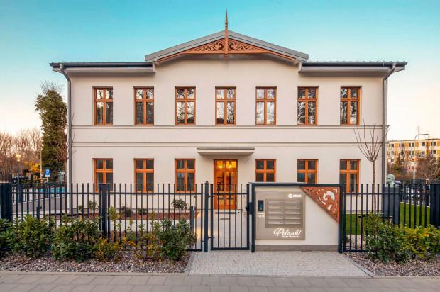 Fasada budynku pod numerem 58 odzwierciedla historyczną kamienicę, w której niegdyś działała restauracja.