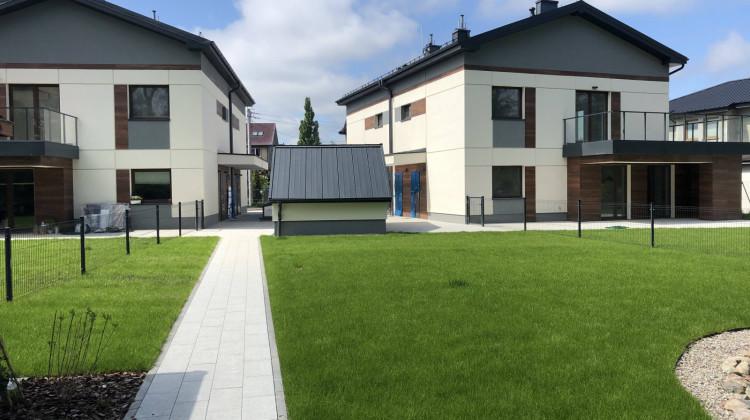 W każdym z dwóch budynków osiedla znajdują się cztery mieszkania.