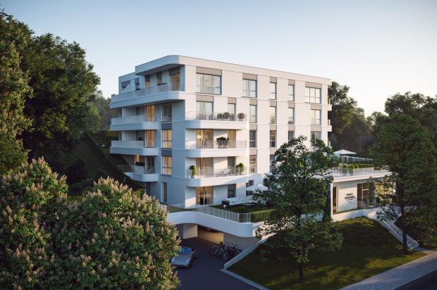 Bryła, kolorystyka i nastrój budynku nawiązują do typowego dla Gdyni modernizmu.