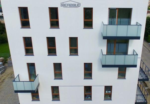 Architektura budynku sprawia, że komponuje się on z okoliczną zabudową.