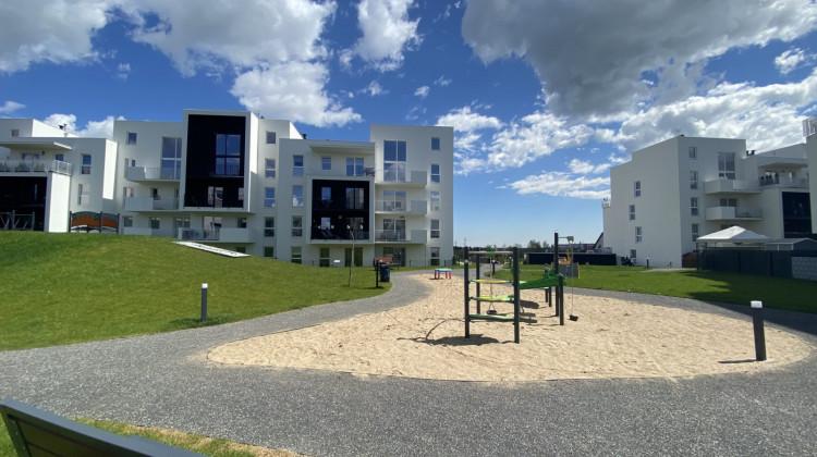 W otoczeniu budynków powstały tereny rekreacyjne dla mieszkańców.