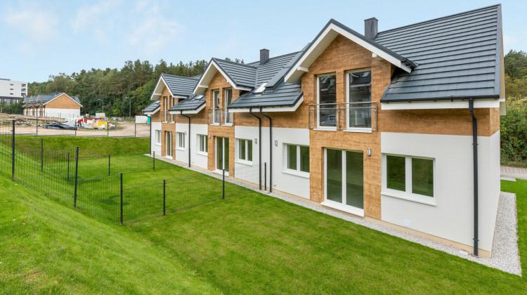 W pierwszych etapach inwestycji powstały mniejsze domy (bez garaży).