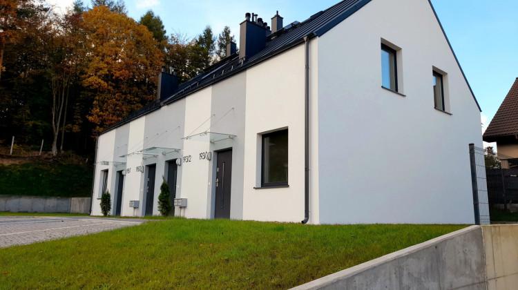 Domy przy Jachtowej powstające w kolejnych etapach inwestycji.