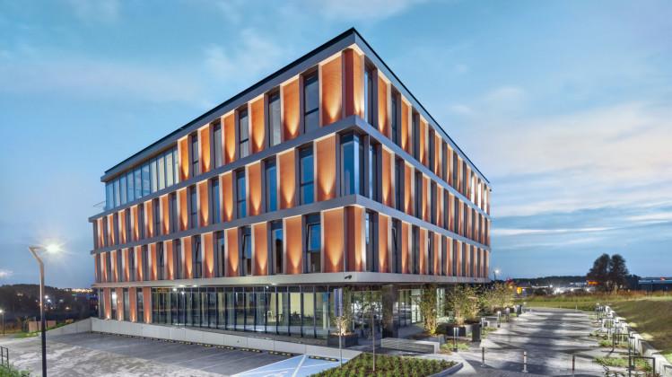 Wokół pierwszego budynku kompleksu nie brakuje miejsc do odpoczynku na powietrzu.