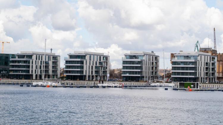Bryły niewielkich apartamentowców zostały tak ukształtowane by z jak największej liczby mieszkań rozciągał się widok na wodę i marinę.