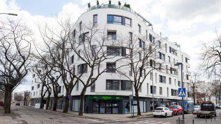 Budynek o wyokrąglonej bryle wpisuje się w dominujący w Gdyni styl architektoniczny, ale prezentuje współczesne podejście do niego.