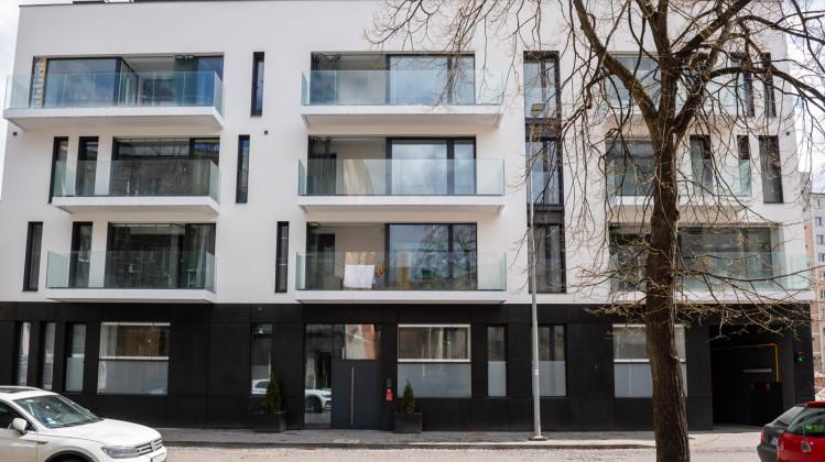 Kameralny budynek stał się bardzo wyrazisty dzięki wyraźnemu podziałowi kolorystycznemu oraz dużym przeszkleniom.