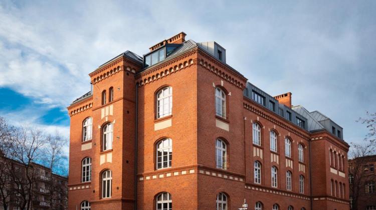 Bryła i elewacje budynku praktycznie nie uległy zmianie w stosunku do wyglądu oryginalnego.