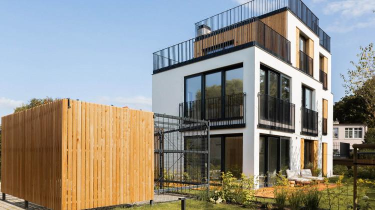 Kompozycja zabudowy spójna jest z zagospodarowaniem całej posesji na której powstały budynki.