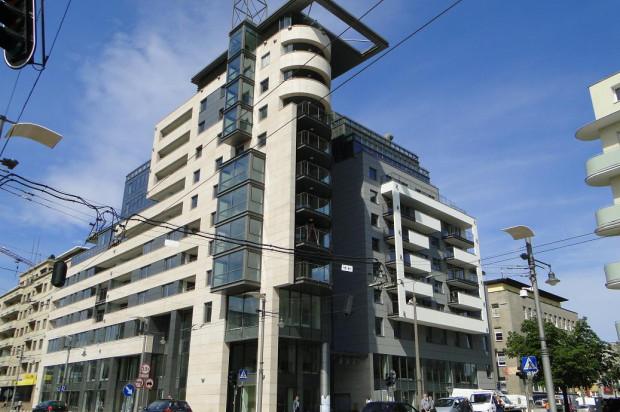 Rozrzeźbiona bryła budynku sprawia, że jest on niebanalny i wyróżnia się wśród prostych gdyńskich kamienic.