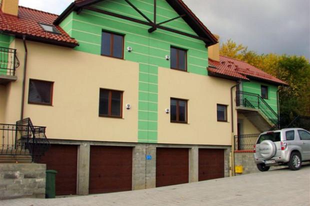 Do każdego z mieszkań w bliźniaczym budynku przypisany jest indywidualny garaż. mat. inwestora
