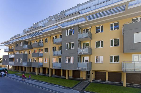 Wykusze i zróżnicowany układ balkonów ciekawie rozrzeźbiają bryłę budynku.