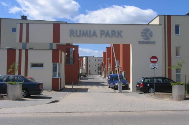 Budynki Rumia Park stoją przy osiedlowych uliczkach, dzięki czemu wnętrze kompleksu jest uporządkowane.