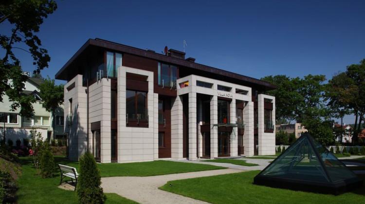 Nowoczesna architektura rezydencji zwraca uwagę. mat. inwestora